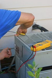 AC-tech-repairing-unit